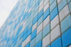 Den keramiska simbassängen belägger med tegel arkivbilder