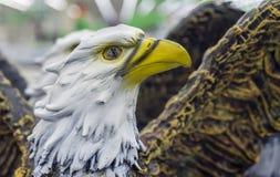 Den keramiska statyetten av den skalliga örnen i en souvenir shoppar royaltyfri fotografi