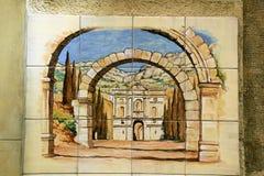 Den keramiska tegelplattan med bågar av gammalt fördärvar i Barcelona, Spanien Arkivfoton