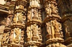 Den Khajuraho tempelgruppen av monument i IndiaSandstone skulpterar i Khajuraho tempelgrupp av monument i Indien Arkivfoto