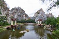 Den `-Khao Ngu stenen parkerar ` Ratchaburi Thailand, parkerar den trevliga sikten av stenen, och fläcksikten av grottor och sikt arkivbild