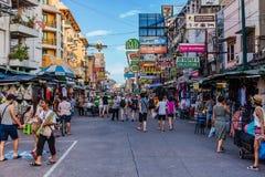 Den Khaosan vägen är 400 meter lång och är den mest berömda gatan i Bangkok Royaltyfri Bild