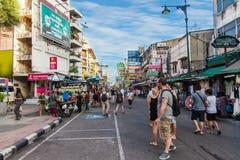 Den Khaosan vägen är 400 meter lång och är den mest berömda gatan i Bangkok Royaltyfri Foto