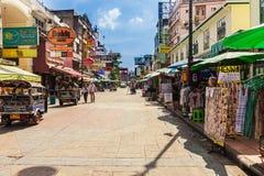 Den Khaosan vägen är 400 meter lång och är den mest berömda gatan i Bangkok Arkivfoton