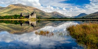Den Kilchurn slotten fördärvar på fjordvördnad, Skottland royaltyfri fotografi