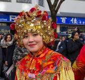 Den kinesiska aktören i traditionell dräkt på det kinesiska mån- nya året ståtar i Paris, Frankrike Royaltyfri Foto