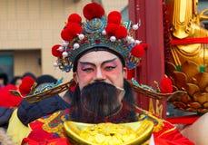 Den kinesiska aktören i traditionell dräkt på det kinesiska mån- nya året ståtar i Paris, Frankrike Arkivbilder