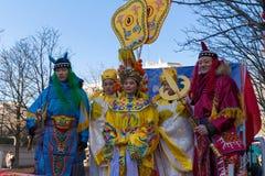 Den kinesiska aktören i traditionell dräkt på det kinesiska mån- nya året ståtar i Paris, Frankrike Arkivfoto