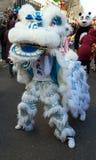 Den kinesiska aktören i traditionell dräkt på det kinesiska mån- nya året ståtar i Paris, Frankrike Royaltyfria Bilder