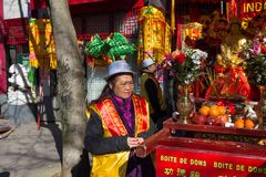 Den kinesiska aktören i traditionell dräkt på det kinesiska mån- nya året ståtar i Paris, Frankrike Royaltyfri Bild