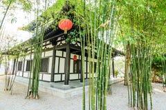 Den kinesiska bambuträdgården och huset Arkivbild