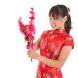 Den kinesiska cheongsamflickan dekorerar Arkivfoton