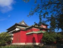 Den kinesiska curturebyggnaden med den röda vägg- och triangelhousetopen Fotografering för Bildbyråer