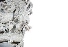 Den kinesiska draken, den kinesiska tempelstenen sned vita platser. Royaltyfri Foto