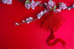Den kinesiska för festivalgarneringar för det nya året plommonet blommar på rött med Royaltyfria Foton