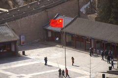 Den kinesiska flaggan utanför den stora väggen av Kina Royaltyfri Fotografi