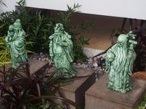 Den kinesiska guden av den förmögenhet-, välstånd- och livslängdstatyetten kallade tre gudinnor Fu Lu Shou i den lilla trädgården Royaltyfri Bild