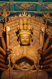 den kinesiska guden hands im kuan lai tusen u Arkivbild