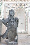 Den kinesiska gudstatyn, blir de på Wat Arun Rajwararam Arkivfoton