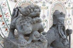 Den kinesiska gudstatyn, blir de på Wat Arun Rajwararam Arkivbild