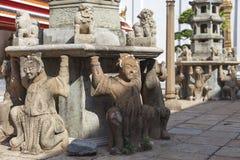 Den kinesiska gudstatyn, blir de på Wat Phra Chetuphon Arkivbilder