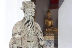 Den kinesiska gudstatyn, blir de på Wat Phra Chetuphon Arkivfoto