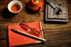 Den kinesiska kalligrafi- och färgpulverstenen ställde in på tabellen Royaltyfri Foto