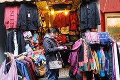 den kinesiska kläder shoppar traditionellt Arkivfoto