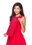 Den kinesiska kvinnahållen med faichun, uttrycksbetydelse är överträffar din Arkivfoton