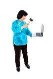 Den kinesiska kvinnan förstör bärbar dator med hummeren Royaltyfri Bild