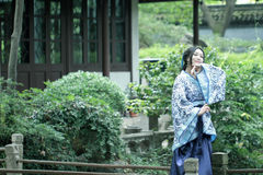 Den kinesiska kvinnan i traditionell blått- och vitporslinstil Hanfu klär Arkivfoto