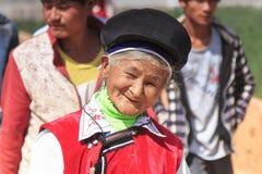 Den kinesiska kvinnan klädde med traditionella Bai-kläder under festivalen för den Heqing Qifeng päronblomman Royaltyfri Bild