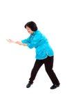 Den kinesiska kvinnan utför Tai-Chi Royaltyfria Bilder