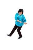 Den kinesiska kvinnan utför Tai-Chi Arkivbild