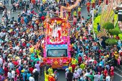 Den kinesiska lyktafestivalen med färgrika drakar, lejonet, bilar, marscherade i gatorna arkivfoto