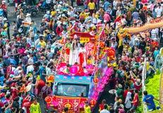 Den kinesiska lyktafestivalen med färgrika drakar, lejonet, bilar, marscherade i gatorna royaltyfri foto