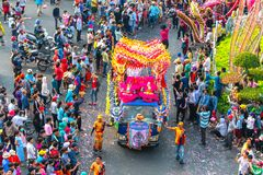 Den kinesiska lyktafestivalen med färgrika drakar, lejonet, bilar, marscherade i gatorna royaltyfri fotografi