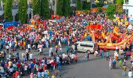 Den kinesiska lyktafestivalen med färgrika drakar, lejonet, bilar, marscherade i gatorna royaltyfria foton