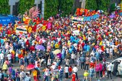 Den kinesiska lyktafestivalen med färgrika drakar, lejonet, bilar, marscherade i gatorna royaltyfria bilder