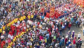Den kinesiska lyktafestivalen med färgrika drakar, lejonet, flaggor, bilar, marscherade i gator tilldragande folkmassa fotografering för bildbyråer