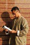 Den kinesiska mannen läste boken arkivbild