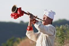 Den kinesiska musiker leker en trumpet Royaltyfri Bild
