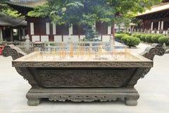 Den kinesiska rökelsekar med bränning retar upp i templet, asiatisk traditionell rökelsegasbrännare Arkivfoton