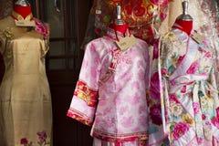 Den kinesiska retro kl?derdr?kten shoppar f?r folkhyra och att b?ra f?r tagandefoto p? Thail?ndsk-kines den kulturella mitten i U royaltyfri foto