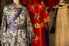 Den kinesiska retro kl?derdr?kten shoppar f?r folkhyra och att b?ra f?r tagandefoto p? Thail?ndsk-kines den kulturella mitten i U royaltyfria bilder