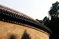 Den kinesiska stilen glasade taktegelplattan och den gamla väggen Arkivbilder