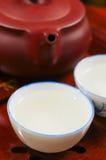 Den kinesiska teapoten och kuper Arkivbilder