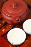 Den kinesiska teapoten och kuper Arkivfoton