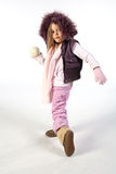 den klara flickan kastar snöboll kast till barn Arkivbilder