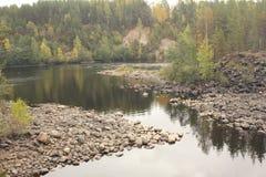 Den klara floden med vaggar Royaltyfria Bilder